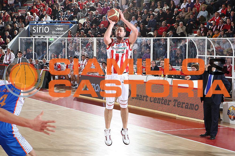 DESCRIZIONE : Teramo Lega A 2010-11 Bancatercas Teramo Enel Brindisi<br /> GIOCATORE : Josh Davis<br /> SQUADRA : Bancatercas Teramo <br /> EVENTO : Campionato Lega A 2010-2011<br /> GARA : Bancatercas Teramo Enel Brindisi<br /> DATA : 28/12/2010<br /> CATEGORIA : tiro<br /> SPORT : Pallacanestro<br /> AUTORE : Agenzia Ciamillo-Castoria/C.De Massis<br /> Galleria : Lega Basket A 2010-2011<br /> Fotonotizia : Teramo Lega A 2010-11 Bancatercas Teramo Enel Brindisi<br /> Predefinita :