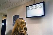 Nederland, Nijmegen, 16-7-2009In de wachtruimte van de poli oogheelkunde, van het umc radboud ziekenhuis, umcn, hangen tv schermen die aangeven hoelang een patient moet wachten alvorens hij aan de beurt is.Foto: Flip Franssen