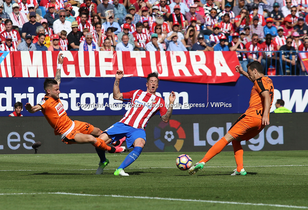 Madrid, May 6, 2017 - Eibar defender Luna kicks Fernado Torres. Atletico de Madrid defeated 1-0 Eibar with goal scored by Saul at 69th minute. La Liga Santander matchday 36 game, Vicente Calderon Stadium. Photo by Antonio Pozo | PHOTO MEDIA EXPRESS