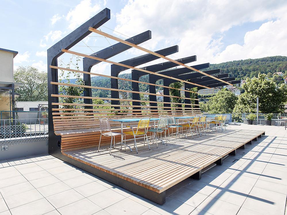 Pergola auf der Dachterasse der FAB-A Wohnbaugenossenschaft. Geplant von Roman Tschachtli vom Büro VERVE Architekten in Biel.