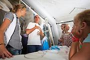 Basisscholieren luisteren naar de uitleg van een hulpverlener in de operatietent. In Utrecht heeft Artsen Zonder Grenzen een tentenkamp opgezet in het park Lepelenburg. Met het kamp wil de organisatie laten zien welk medische noodhulp het verricht in de noodhulpkampen in de wereld. Hulpverleners van AZG geven rondleidingen door  onder meer een (opblaasbaar) veldhospitaal, een voedingskliniek en een cholerakliniek.<br /> <br /> In Utrecht, MSF has set up a tent camp in the park Lepelenburg. In the camp, the organization wants to show what kind of emergency medical services they provide in the emergency camps in the world. MSF aid workers give tours including a (inflatable) field hospital, a nutrition clinic and a cholera clinic.