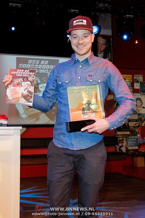 NLD/Hilversum/20120507 - Top40 Hitdossier, Gers Pardoel met  zijn award en het boek