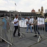 Toluca, Méx.- Maestros integrantes de diversas organizaciones del Estado de México marcharon por diversas calles de Toluca manifestándose en contra de la Reforma Educativa, algunos tuvieron un enfrentamiento  con elementos de la SSC al intentar ingresar a la Plaza de los Martíres.  Agencia MVT / Crisanta Espinosa