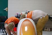 Het Human Power Team Delft en Amsterdam sleutelt aan de VeloX3 op de derde racedag van de WHPSC. In Battle Mountain (Nevada) wordt ieder jaar de World Human Powered Speed Challenge gehouden. Tijdens deze wedstrijd wordt geprobeerd zo hard mogelijk te fietsen op pure menskracht. Ze halen snelheden tot 133 km/h. De deelnemers bestaan zowel uit teams van universiteiten als uit hobbyisten. Met de gestroomlijnde fietsen willen ze laten zien wat mogelijk is met menskracht. De speciale ligfietsen kunnen gezien worden als de Formule 1 van het fietsen. De kennis die wordt opgedaan wordt ook gebruikt om duurzaam vervoer verder te ontwikkelen.<br /> <br /> The Human Power Team Delft and Amsterdam is working on the VeloX3 on the third race day of the WHPSC. In Battle Mountain (Nevada) each year the World Human Powered Speed Challenge is held. During this race they try to ride on pure manpower as hard as possible. Speeds up to 133 km/h are reached. The participants consist of both teams from universities and from hobbyists. With the sleek bikes they want to show what is possible with human power. The special recumbent bicycles can be seen as the Formula 1 of the bicycle. The knowledge gained is also used to develop sustainable transport.