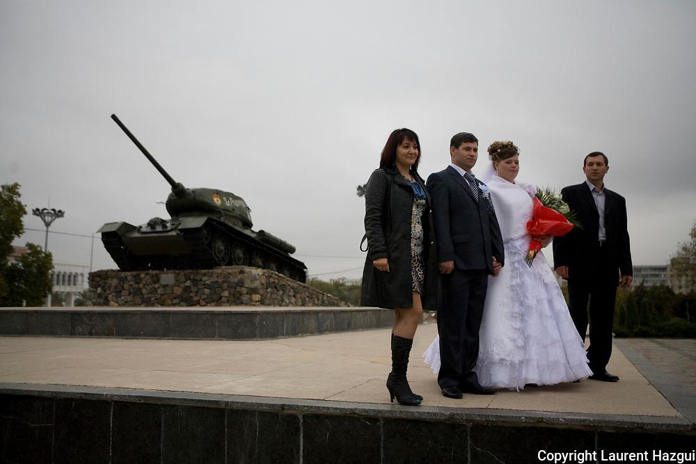 """Transnistrie. Octobre 2008. MOLDAVIE. TRANSNISTRIE. Tiraspol, la capitale. Reportage en Transnistrie, pays non reconnu par la communauté internationale, l'un des """"conflits gelés"""" en Europe selon l'OSCE. Mariage sur la place la plus connue de la capitale où trône un char utilisé lors de la guerre pour l'indépendance du territoire."""