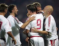 Fotball<br /> VM-kvalifisering<br /> 09.10.2004<br /> Foto: Polfoto/Digitalsport<br /> NORWAY ONLY<br /> <br /> Albania v Danmark<br /> <br /> Jon Dahl Tomasson (nr. 9) lykønskes efter at have scoret til 2-0 i Danmarks VM-kvalifikationskamp i Tirana mod Albanien lørdag aften. Han omfavnes af Jesper Grønkjær, hvis dybe aflevering skabte baggrunden for målet, Thomas Gravesen, yderst t.h., Martin Jørgensen, yderst t.v., og Dennis Rommedahl