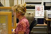 Nederland, Nijmegen, 21-6-2003..Huisartsenpost, huisartsendienst voor Nijmegen en omgeving. telefoondienst. Doktersassistente staat patient te woord. Nachtdienst, weekenddienst, kosten gezondheidszorg.....NIET BIJ NEGATIEVE VERHALEN OVER HUISARTSENPOSTEN...Foto: Flip Franssen