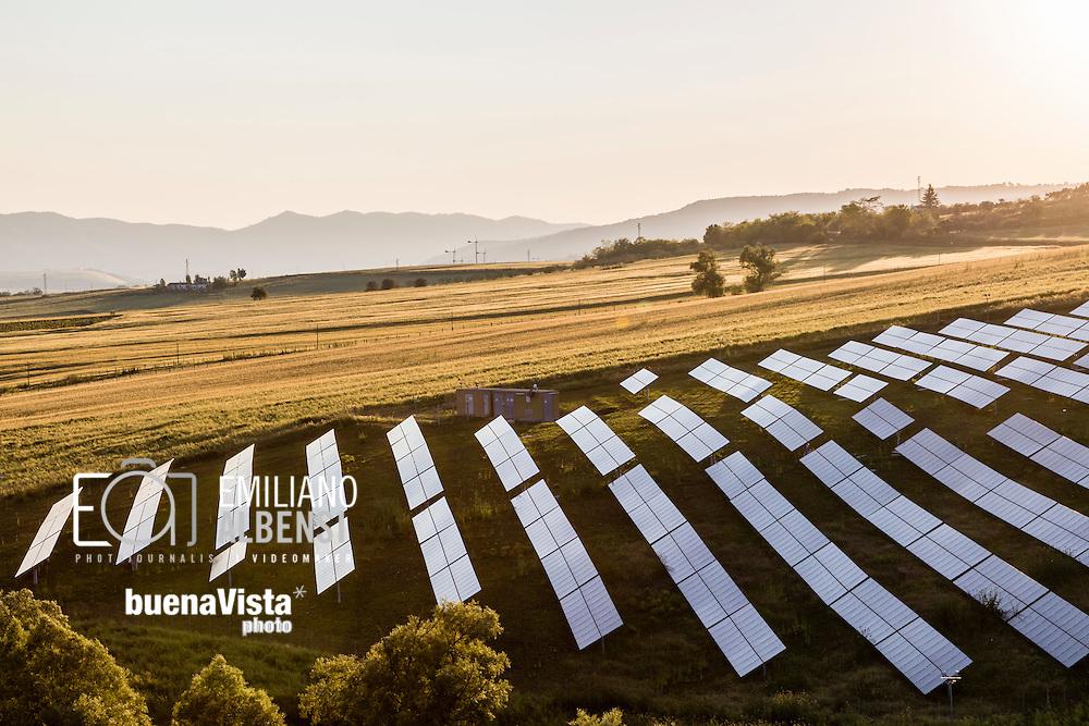 Atella, Basilicata, Italia, 22/05/2016<br /> Parco fotovoltaico nella zona di Atella, nel Vulture Melfese. Secondo i dati del bilancio energia elettrica 2015 di Terna, la Basilicata &egrave; la seconda regione pi&ugrave; green d'Italia.<br /> <br /> Atella, Basilicata, Italy, 22/05/2016<br /> Photovoltaic farm near Atella, in Vulture Melfese area. According to 2015 figures of Terna company, the Basilicata is the second most green region in Italy.