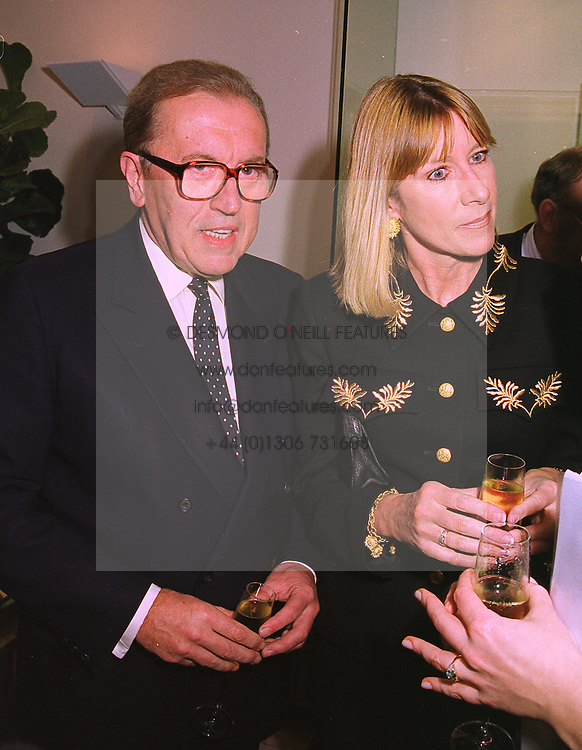 SIR DAVID & LADY CARINA FROST at a party in London on 19th January 1999.<br /> MNG 1