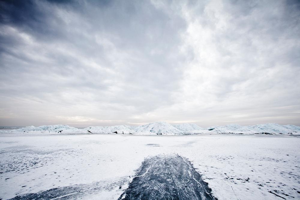 Ice hills in the IJsselmeer near the Frisian coast, created by the power of the water and melting ice //Het IJsselmeer op woensdag 17 februari 2010. Drie kilometer voor de kust bij Gaast liggen meters hoge ijsheuvels die gevormd zijn door opgestuwde ijsschotsen.
