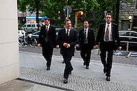 10 MAY 2005, BERLIN/GERMANY:<br /> Gerhard Schroeder, SPD, Bundeskanzler, in Begleitung von Personenschuetzern des BKA, auf dem Weg zu einer Sitzung des SPD Gewerkschaftsrates, Willy-Brandt-Haus<br /> IMAGE: 20050510-02-012<br /> KEYWORDS: Bodyguards