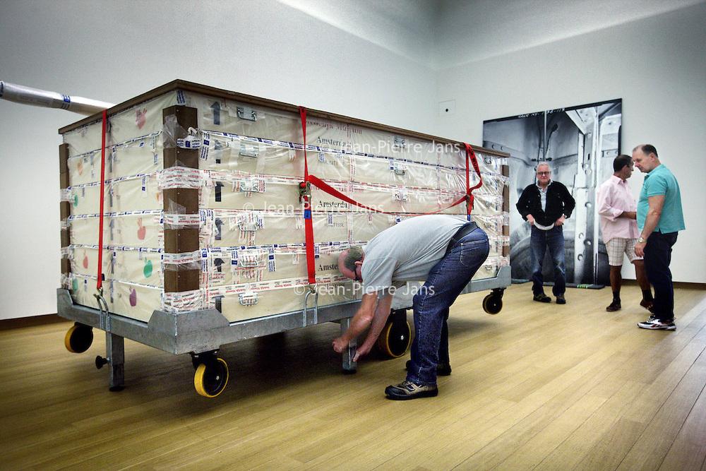 Nederland, Amsterdam , 14 augustus 2012..vervoer van kunstwerken in het Stedelijk museum..Foto:Jean-Pierre Jans