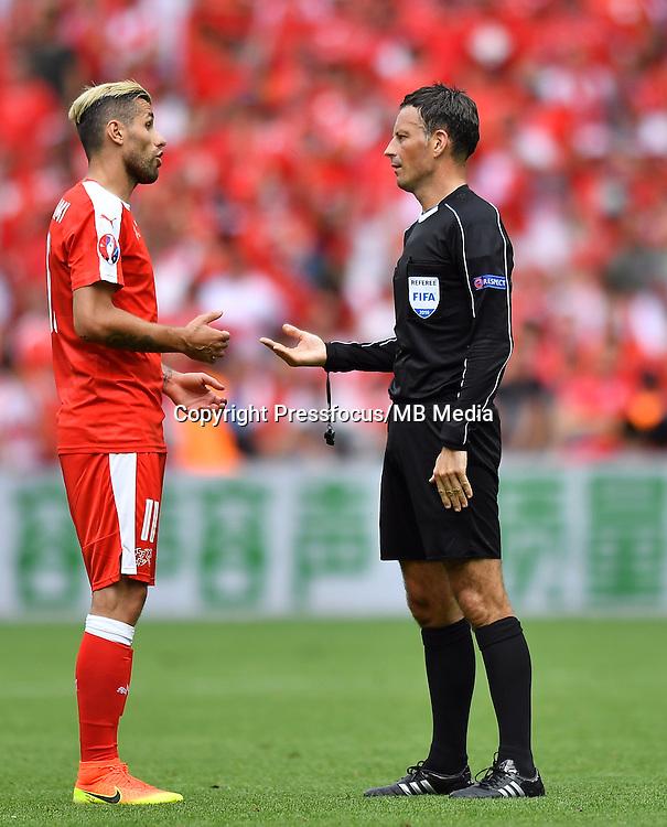 2016.06.25 Saint-Etienne<br /> Pilka nozna Euro 2016<br /> mecz 1/8 finalu Szwajcaria - Polska<br /> N/z Valon Behrami Mark Clattenburg<br /> Foto Lukasz Laskowski / PressFocus<br /> <br /> 2016.06.25<br /> Football UEFA Euro 2016 <br /> Round of 16 game between Switzerland and Poland<br /> Valon Behrami Mark Clattenburg<br /> Credit: Lukasz Laskowski / PressFocus