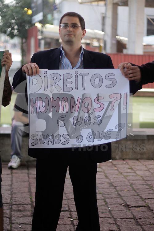 SÃO PAULO, SP, 09 DE ABRIL DE 2011 - ATO PRÓ E CONTRA BOLSONARO -  Na manhã deste sábado, cerca de 150 manifestantes de dois grupos sociais estiveram no vão livre do MASP, na Av. Paulista, em São Paulo. A manifestação tinha como foco a declaração do deputado Jair Bolsonaro (PP-RJ) que, no programa CQC, da TV Bandeirantes fez declarações de cunho racista, no mês passado  (FOTO: LUIS H. BLANCO / NEWS FREE).