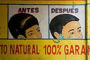 Pintura a mano de un aviso para la prevencion de la caida del cabello  en la fachada de una perfumeria en el casco viejo de la ciudad de PanamaFoto: Ramon Lepage / Istmophoto.