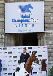 23.09.2012, Rathausplatz, Wien, AUT, Global Champions Tour, Vienna Masters, Grosser Preis, im Bild Johannes Ehning (GER) auf Salvador V vor dem Wiener Rathaus// during Vienna Masters of Global Champions Tour, Grand Prix at the Rathausplatz, Vienna, Austria on 2012/09/23. EXPA Pictures © 2012, PhotoCredit: EXPA/ Sebastian Pucher