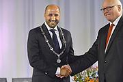 Nederland, Arnhem, 1-9-2017Ahmed Marcouch is beedigd als burgemeester van de stad, proviciehoofdstad van Gelderland. De ambtsketting is hem zojuist omgedaan door Hans de Vroome, vice voorzitter van de gemeenteraad.Foto: Flip Franssen
