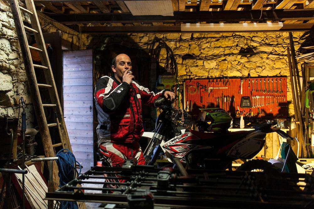 Alessandro Rolandi, tecnico in una azienda metalmeccanica ha una casa nell'oltre Po dove ha il suo garage e la moto con cui esce insieme al gruppo dei cinghiali. Figlio di un fabbro e fabbro lui stesso, il suo garage è praticamente la sua officina di svago.