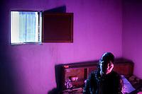 2012-01-28 Olintepeque, Guatemala. Elvia sitter och väntar på att hon ska fotograferas tillsammans med Maria Rebeca vasquez Tuy hemma hos Marta. Foto: Markus Marcetic