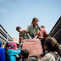 HSUL 20140924 HS Turkin ja Syyrian v&auml;lisell&auml; rajalla.<br /> <br /> Syyrialaiset pakolaiset lastasivat tavaransa ja itsens&auml; lavaautoon joka vei heid&auml;t Turkin puolelle turvaan.<br /> <br /> Kuva: Benjamin Suomela HS