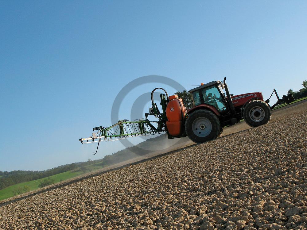 15/09/07 - LIVRADOIS - PUY DE DOME - FRANCE - Pulverisation d un herbicide selectif sur des semis de colza - Photo Jerome CHABANNE