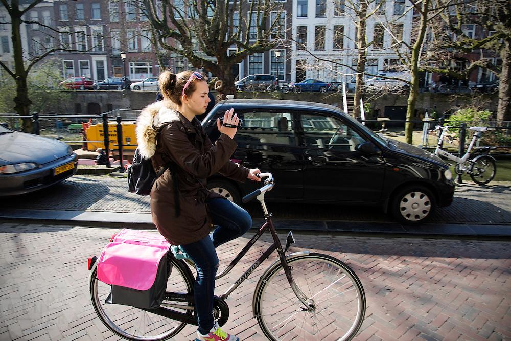 In Utrecht fietst een meisje al filmend over de Oudegracht.<br /> <br /> In Utrecht a girl is riding a bike while filming.