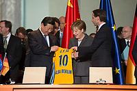 28 MAR 2014, BERLIN/GERMANY:<br /> Xi Jinping (L), Staatspraesident der Volksrepublik China, und Angela Merkel (M), CDU, Bundeskanzlerin, und Dr. Axel Schweitzer, Vorsitzende des Vorstands der ALBA Group,<br /> mit einem Shirt der Basketball Mannschaft ALBA Berlin, waehrend einer Unterzeichnungszeremonie verschiedener Politischer und Wirtschaftlicher Vereinbarungen, Bundeskanzleramt<br /> IMAGE: 20140328-01-014