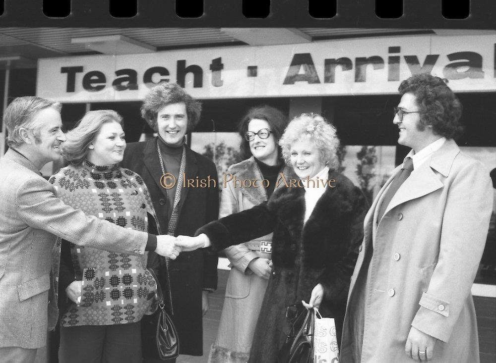 Wexford Opera Festival.       (H40).1974..06.10.1974..10.06.1974..6th October 1974..Today saw the arrival of some of the international artistes who will appear at the Guinness sponsored Wexford Opera festival. opera stars rom all over the world will arrive to perform at the festival. This year the festival will be opened by T.V., and singing star,Mr Val Doonican. The opening will include Illuminations,band parades and a firework display. Mr Thomson Smillie of Scottish Opera will be artistic director this year replacing Mr Brian Dickie..Pictured welcoming the singers to Dublinh Airport was Mr Nicholas Furlong of the Wexford Festival Council. The Singers were  were, Ms Joan Davies, London, Mr Anthony Ransome, London, Ms Mary Hill, London, Ms Helen McArthur, Glasgow,and Mr Kevork Boyaciyan, Turkey.