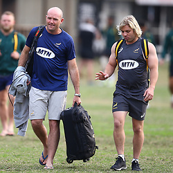 DURBAN, SOUTH AFRICA - AUGUST 13:Jacques Nienaber (Defence Coach) of South Africa and Faf de Klerk during the South African national rugby team training session at  Jonsson Kings Park on August 13, 2018 in Durban, South Africa. (Photo by Steve Haag/Gallo Images)