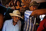 Don Faustino is going by bus to the market of Santa Cruz with his grandchildren and great grandchildren.