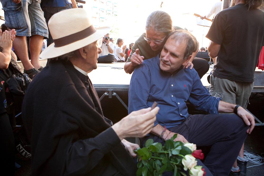 Commemorazione di Carlo Giuliani in Piazza Alimonda a Genova. Haidi Giuliani con don Gallo e Paolo Ferrero.