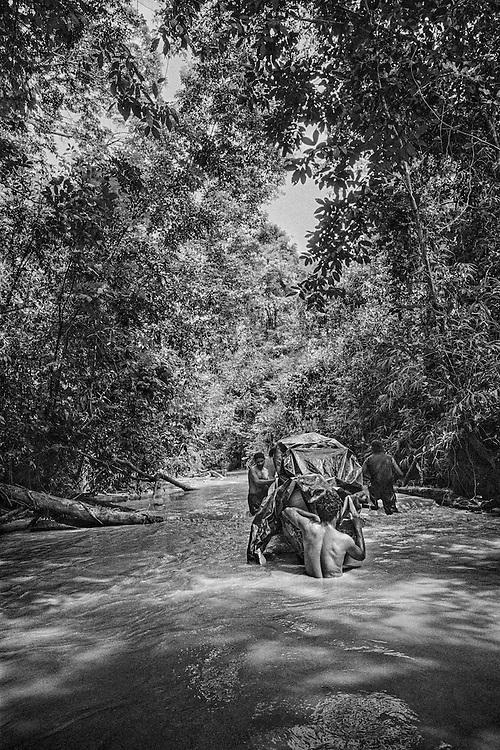 French guiana, ipoussing, approuague.<br /> <br /> Zone d'orpaillage clandestine situee au bord de l'Approuague. Les pirogues bresiliennes assurent le ravitaillement de marchandises et des hommes depuis la frontiere guyanaise.