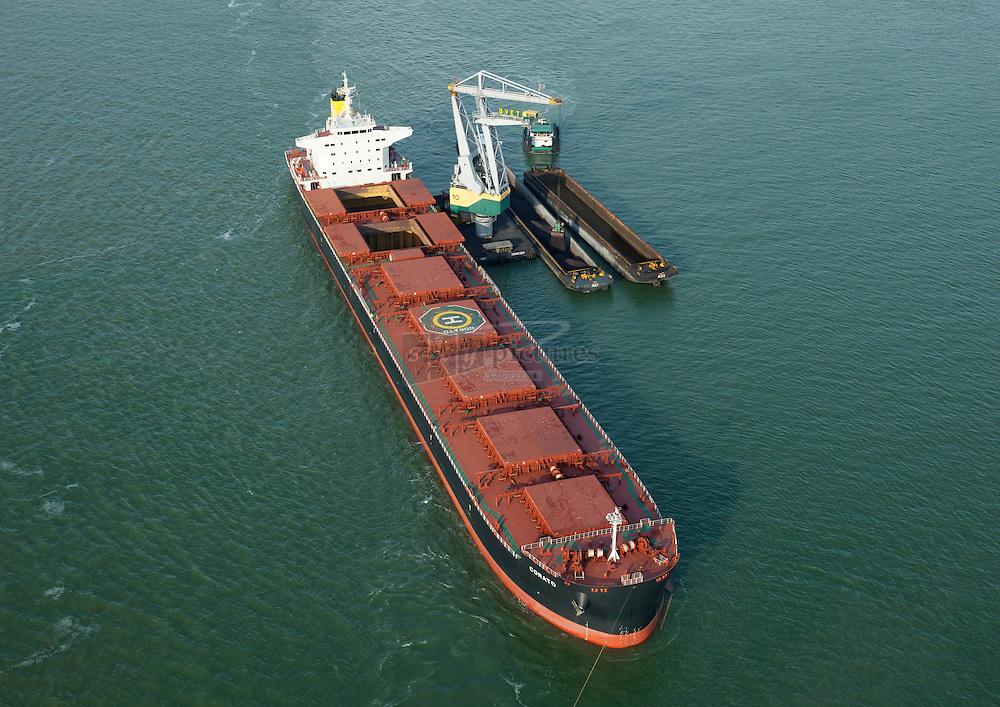 Overslag op Westerschelde vanuit de bulkcarrier Corato met de ovet kraan 10 in duwbakken in de put van Terneuzen