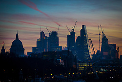 © Licensed to London News Pictures. 19/12/2017. London, UK. The sun rises over a freezing cold City of London as parts of the UK are hit by fog and frost with travel disruption expected. Photo credit: Peter Macdiarmid/LNP
