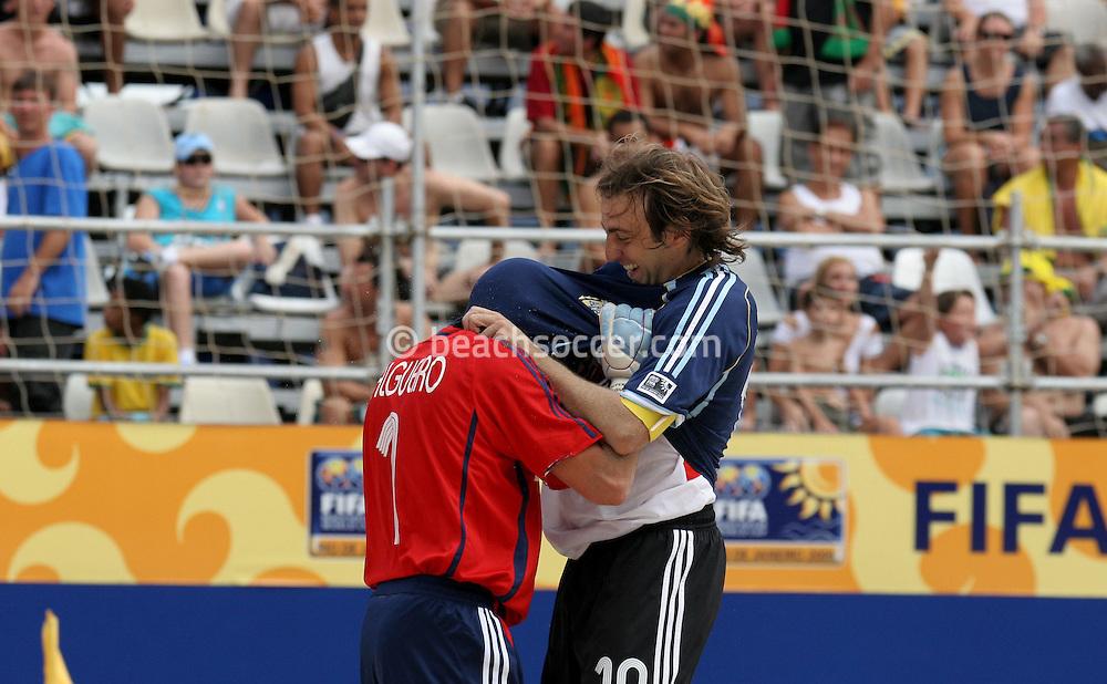 Footbal-FIFA Beach Soccer World Cup 2006 -  Oficial Games BHR x ARG - Hilaire celebrate the Goal and the Salgueiro- Brazil - 04/11/2006.<br />Mandatory Credit: FIFA/Ricardo Ayres