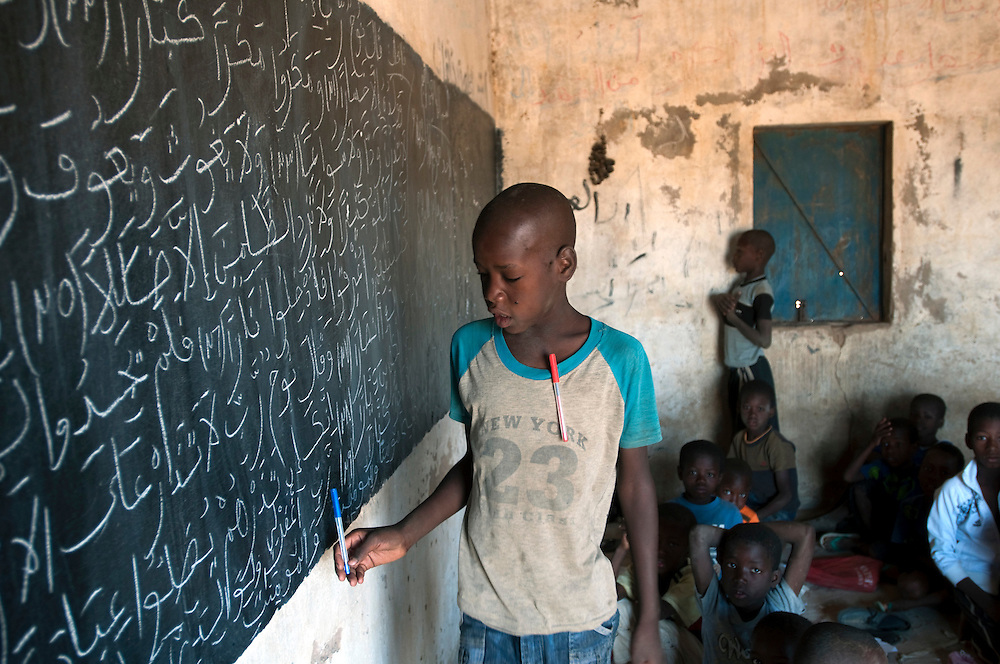 Children learning to read and write in a one room school house in a rural village in Gorgol province..Boitieck Ehel Aly, Mauritanie. 06/03/2011..Photo © J.B. Russell