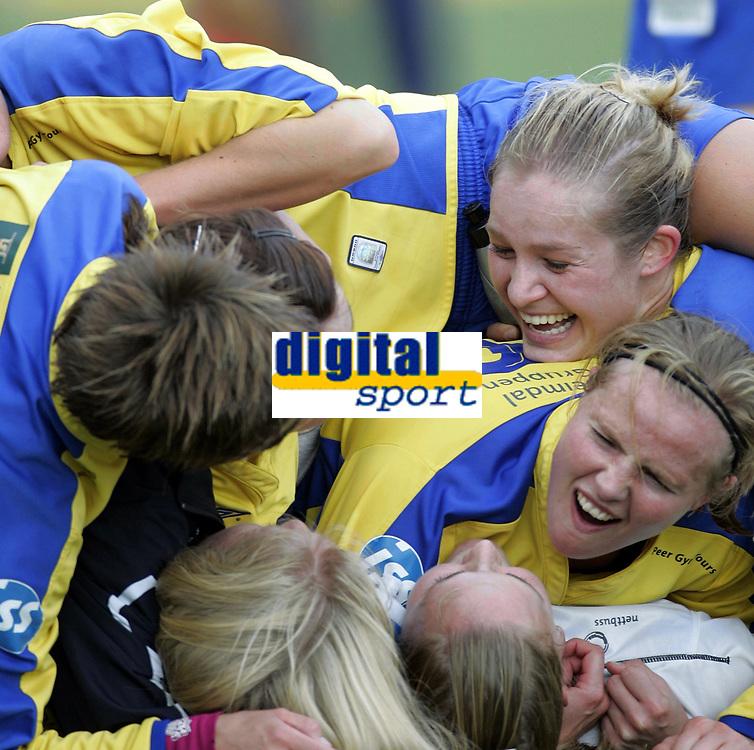 Fotball<br /> Toppserien kvinner 2006<br /> 07.10.2006<br /> R&oslash;a v Trondheims-&Oslash;rn 0-1<br /> Foto: Morten Olsen, Digitalsport<br /> <br /> Jubel &Oslash;rn<br /> Marianne Paulsen og Unni Lehn