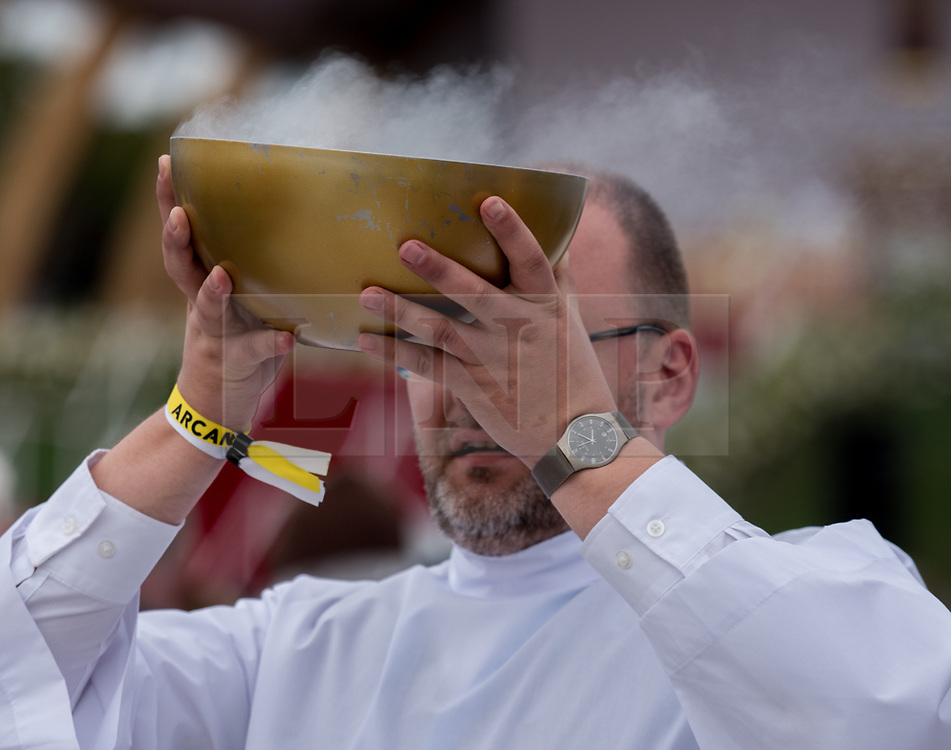 © Licensed to London News Pictures. 26/08/2018. Dublin, Ireland. The service of mass during the visit of Pope Francis to Phoenix Park Dublin. Pope Francis said mass to an estimated hundred thousand people. Pope Francis is the 266th Catholic Pope and current sovereign of the Vatican. Photo credit: Barry Cronin/LNP