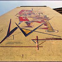 Edificio diagonal a la Plaza Altamira en donde se encuentra un mural realizado por el Escultor E. Tamiazzo. Caracas 15 de marzo del 2005.