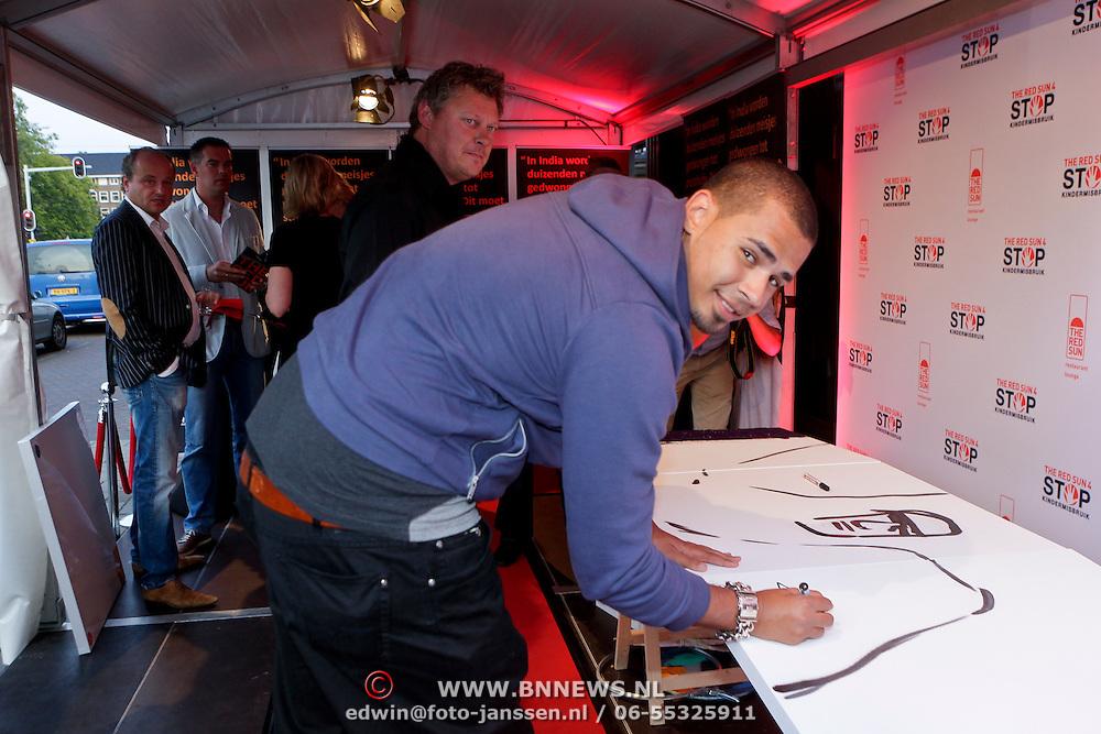 NLD/Amsterdam/20110925 - Benefietavond Red Sun Stichting Stop Kindermisbruik, Nick van der Wall, DJ Afrojack ondertekend een schilderij