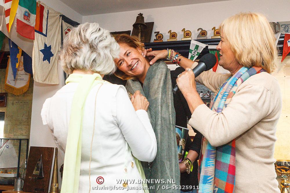 Uitreiking CosmoQueen Award 2015 aan Paulien Huizinga, Paulien Huizinga krijgt de CosmoQueen sjaal omgehangen van Astrid Ras