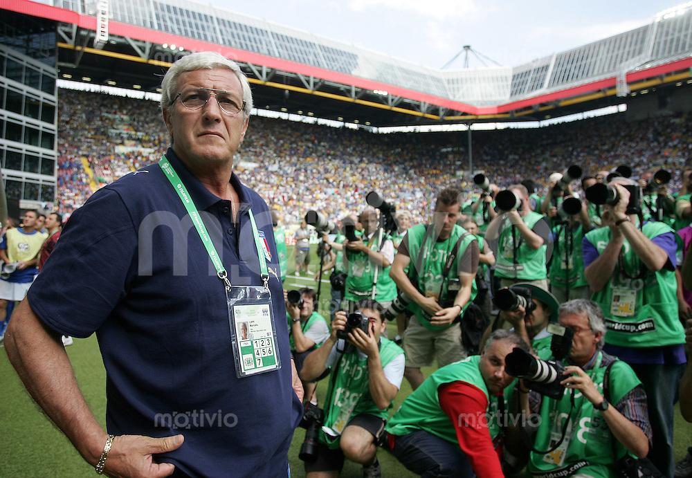 Fussball WM 2006 Achtelfinale in Kaiserslautern, Italien - Australien Trainer Marcello Lippi (ITA) umringt von Fotografen.