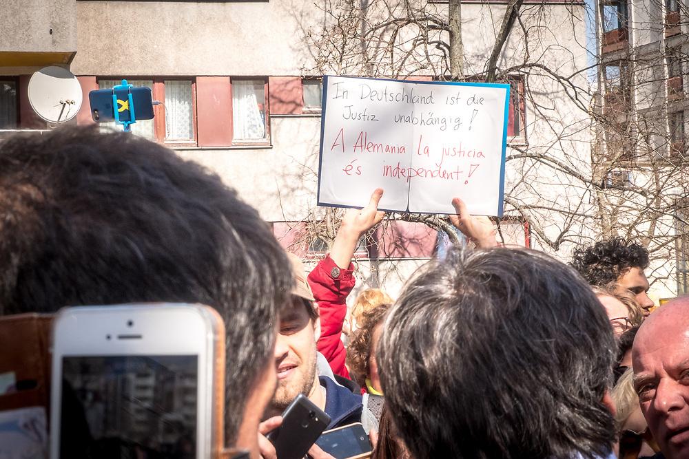 """Germany - Deutschland- Am Samstagmittag lädt die """"Legitime Katalanische Regierung"""" über eine Bürgerinitiative in das Nachbarschaftszentrum """"Aquarium"""" in Berlin-Kreuzberg; HIER: Carles Puigdemont auf einem Hinterhof in Berlin Kreuzberg mit Anhängern; Die Deutsche Justiz ist unabhängig;Here: Carles Puigdemont. in Berlin with supporters for the independent - German Justice is independent; Catalonia; 07.04.2018"""