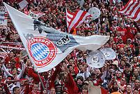 Fussball 1. Bundesliga :  Saison   2009/2010   34. Spieltag   Hertha BSC Berlin - FC Bayern Muenchen    08.05.2010 Jubel Bayern Fans mit Meisterschale