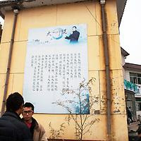 GAOBEIDIAN, 7.NOV. 2014 :  eine Tafel mt dem Leitspruch des Managers Han deqiang haengt an einer Wand auf dem Gelaende der Farm des Rechten Weges.