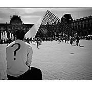 """Autor de la Obra: Aaron Sosa<br /> Título: """"Serie: Le Louvre""""<br /> Lugar: París - Francia<br /> Año de Creación: 2008<br /> Técnica: Captura digital en RAW impresa en papel 100% algodón Ilford Galeríe Prestige Silk 310gsm<br /> Medidas de la fotografía: 33,3 x 22,3 cms<br /> Medidas del soporte: 45 x 35 cms<br /> Observaciones: Cada obra esta debidamente firmada e identificada con """"grafito – material libre de acidez"""" en la parte posterior. Tanto en la fotografía como en el soporte. La fotografía se fijó al cartón con esquineros libres de ácido para así evitar usar algún pegamento contaminante.<br /> <br /> Precio: Consultar<br /> Envios a nivel nacional  e internacional."""