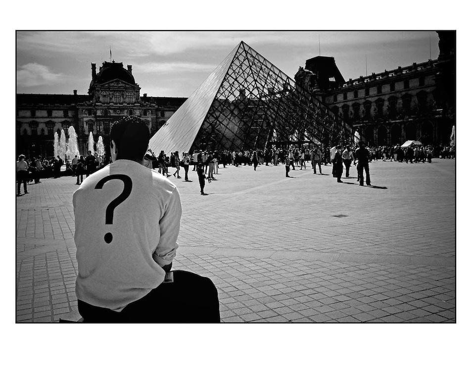 Autor de la Obra: Aaron Sosa<br /> T&iacute;tulo: &ldquo;Serie: Le Louvre&rdquo;<br /> Lugar: Par&iacute;s - Francia<br /> A&ntilde;o de Creaci&oacute;n: 2008<br /> T&eacute;cnica: Captura digital en RAW impresa en papel 100% algod&oacute;n Ilford Galer&iacute;e Prestige Silk 310gsm<br /> Medidas de la fotograf&iacute;a: 33,3 x 22,3 cms<br /> Medidas del soporte: 45 x 35 cms<br /> Observaciones: Cada obra esta debidamente firmada e identificada con &ldquo;grafito &ndash; material libre de acidez&rdquo; en la parte posterior. Tanto en la fotograf&iacute;a como en el soporte. La fotograf&iacute;a se fij&oacute; al cart&oacute;n con esquineros libres de &aacute;cido para as&iacute; evitar usar alg&uacute;n pegamento contaminante.<br /> <br /> Precio: Consultar<br /> Envios a nivel nacional  e internacional.