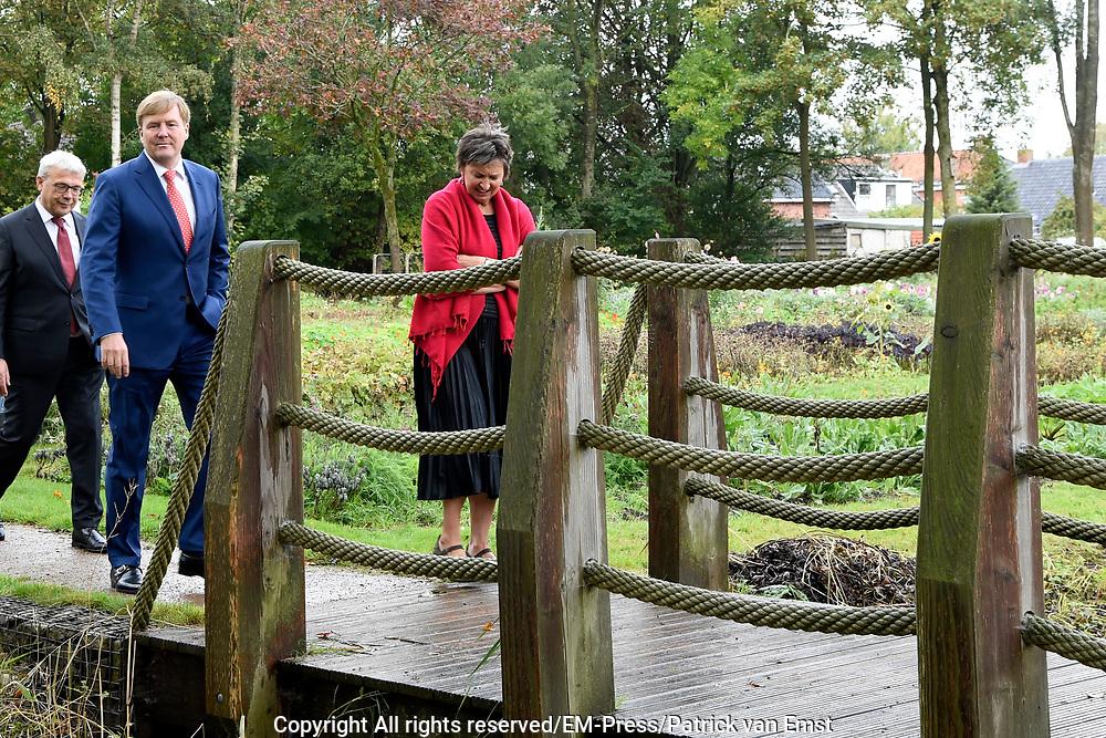 De Koning bezoekt in Kloosterburen, gemeente De Marne, de coöperatie Klooster&Buren waarin de vijf dorpen Kloosterburen, Molenrij, Kleine Huisjes, Kruisweg en Hornhuizen zijn vertegenwoordigd. Het doel van de coöperatie is versterking van de leefbaarheid in het gebied door zorg, wonen en natuur- en cultuurbehoud duurzaam met elkaar te verbinden. <br /> <br /> In Kloosterburen, municipality De Marne, De Koning visits the cooperative Klooster & Buren in which the five villages Kloosterburen, Molenrij, Kleine Huisjes, Kruisweg and Hornhuizen are represented. The aim of the cooperative is to strengthen the quality of life in the area by permanently connecting care, housing and nature and cultural preservation.