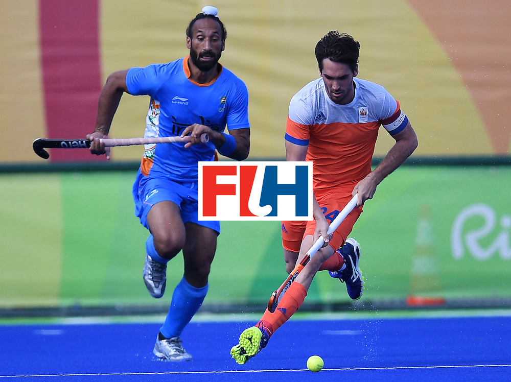 Netherland's Robert van der Horst (R) controls the ball as India's Sardar Singh chases during the men's field hockey Netherland's vs India match of the Rio 2016 Olympics Games at the Olympic Hockey Centre in Rio de Janeiro on August, 11 2016. / AFP / MANAN VATSYAYANA        (Photo credit should read MANAN VATSYAYANA/AFP/Getty Images)