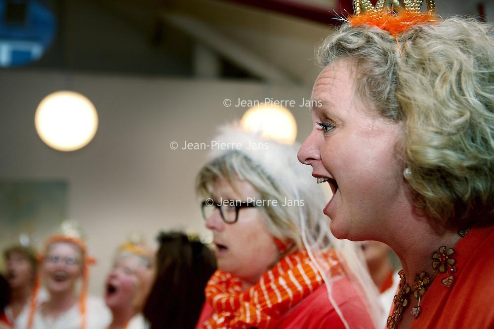 Nederland, Amsterdam , 13 april 2010..Repetitie van de dames van het z.g. Koninginnenkoor dat onder leiding van Ien van Duijnhoven op 30 april een eenmalig optreden zal verzorgen bij restaurant Oud Zuid in de Johannes Verhulststraat..Foto:Jean-Pierre Jans